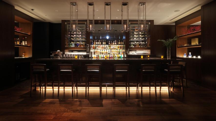 【the bar】ホテル最上階18階に位置し、那覇市内の素晴らしい夜景を一望いただけます