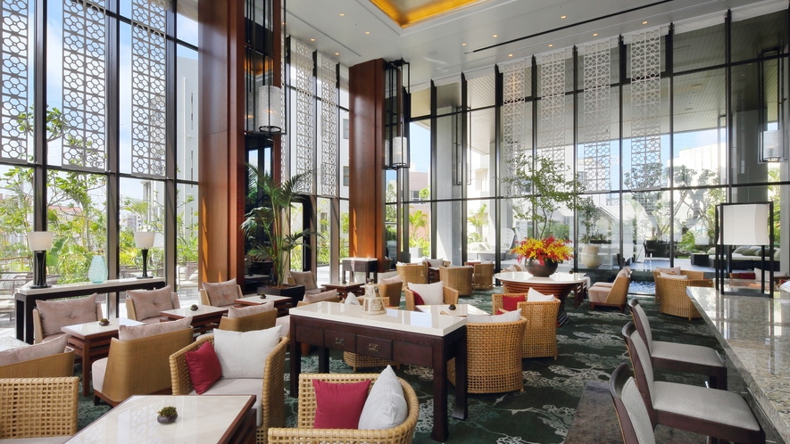 【the lounge】天井高6.5mで三方を全面ガラス窓に囲われた開放感をお楽しみください