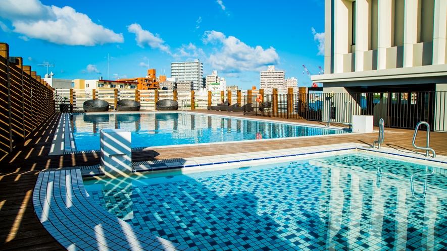 【プール】宿泊者限定の屋外プールにキッズ用プール、デッキチェアにジェットバスも。利用無料