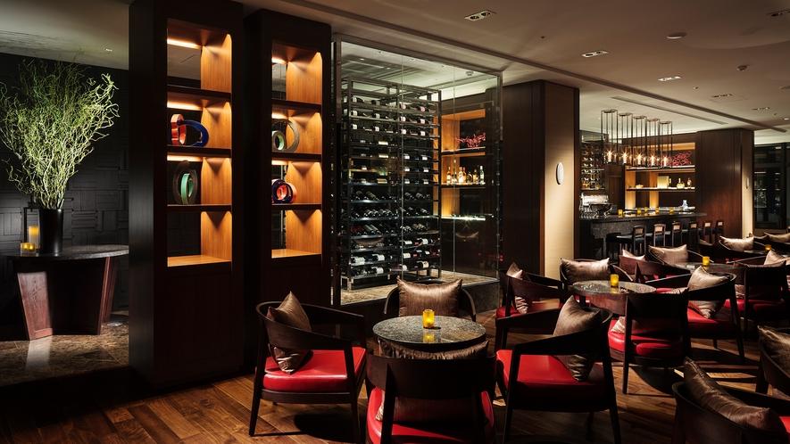 【the bar】ビビッドカラーがアクセントとなった、高級感のある空間です○