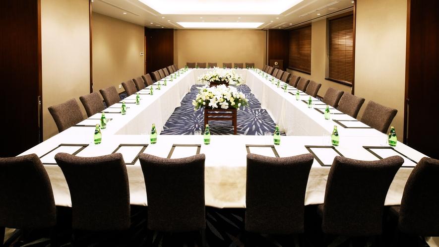 【会議室】ロの字型で利用する際は36名まで収容可能です