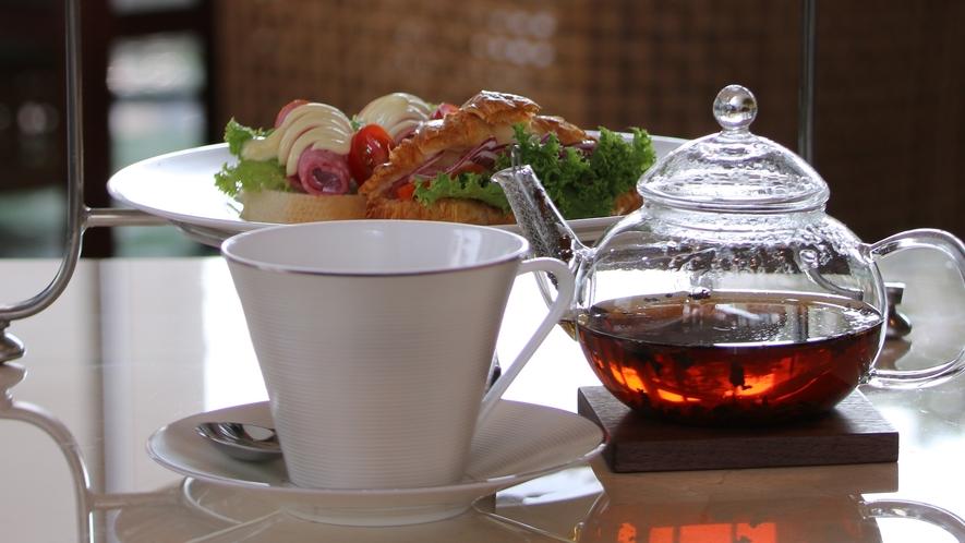 【the lounge】オリジナルブレンドを含む種類豊富な紅茶コレクションで寛ぎのひとときを