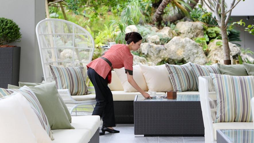 【the lounge】屋外ラウンジでは、沖縄の風と陽光に包まれながらティータイムを楽しめます。