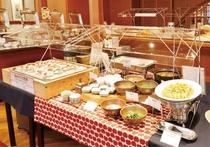 朝食は県産品を織り交ぜた和洋ブッフェ