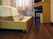 ベッドサイドの収納スペース