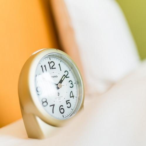 【客室用目覚まし時計】朝は目覚まし時計をご利用くださいませ。
