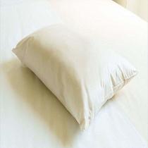 【白色枕】 低いやわらかな枕は、女性に好まれます。横向き用としてもご利用いただけます。