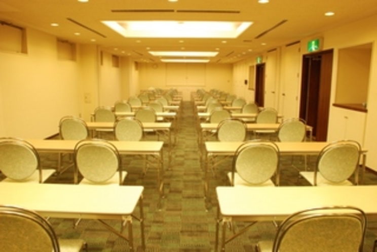 大会議室(2階)2名掛けスクール形式