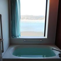 【客室風呂一例】客室のお風呂は温泉ではありませんが海を見ながら入浴できます