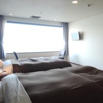 【客室一例】大きめの窓から明るい日差しが降り注ぎます