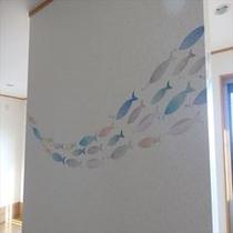 ダイニングの壁に魚 マダムハンドメイドの魚群です
