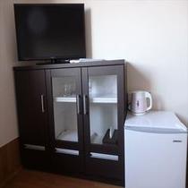 32型テレビ キャビネット、テレビ、お茶ポット、冷蔵庫とそこそこの充実!
