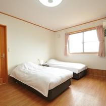 【202号室】広々とした洋室は窓から伊豆諸島を見渡せます。