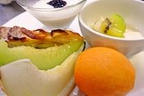 ある日の朝食「旬のフルーツとこだわりヨーグルト」