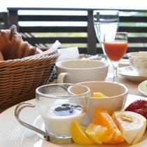 爽やかで元気が出る焼きたてパン、野菜、フルーツたっぷりの朝食♪