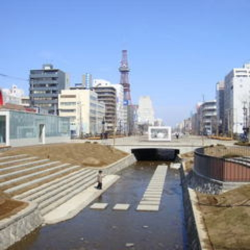 川の中に飛び石がある創成川公園