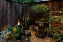 【百足屋町】庭:京町家の特徴である坪庭はリビングからご覧いただけます。