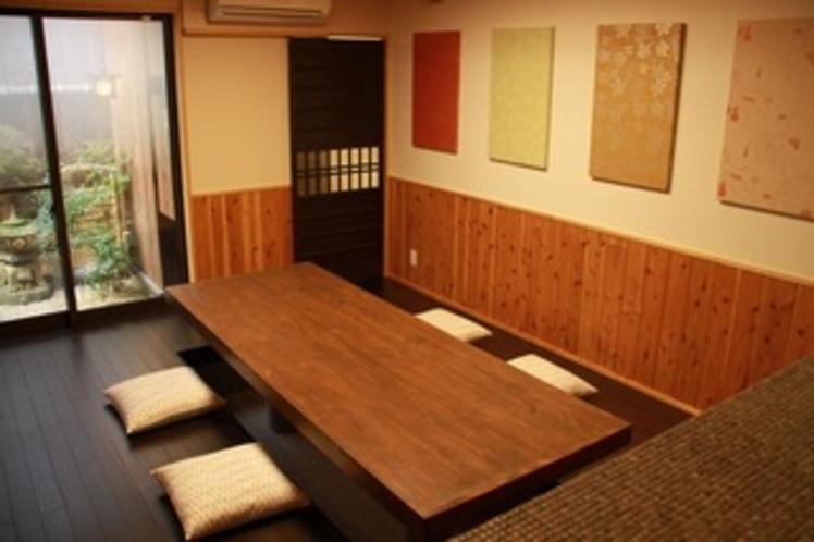 1F居間:通り庭のある居間は、夏は涼しく、冬は床暖房で暖かくお過ごしいただけます。