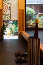 【百足屋町】通り土間:京町家の特徴、裏庭まである通り土間。とてもきもちのいい空間です。