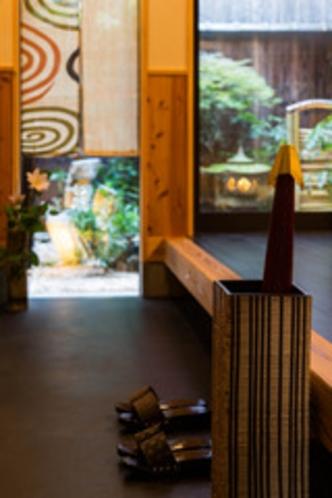 1F通り庭:京町家の特徴、裏庭まである通り庭。とてもきもちのいい空間です。