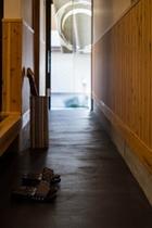 【百足屋町】通り土間:うなぎの寝床の京町家。裏庭まで続く通り土間はとても気持ちがよいです。