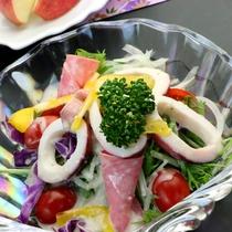 お料理一例◆新鮮な野菜と海の幸のコラボレーション!海鮮サラダ