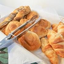 *朝食サービス/毎朝数種類のパンとジュース類をご用意しております
