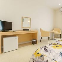 *客室一例/ミニ冷蔵庫、机、テーブルセット、鏡など
