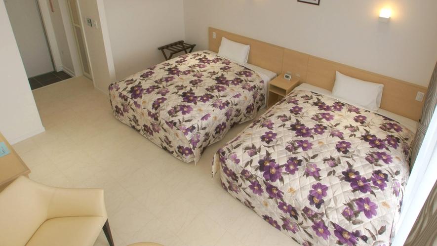 *客室一例/家具を必要最低限にしてスペースを広くとっています