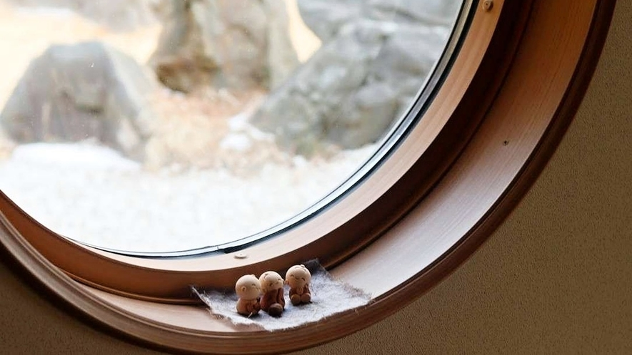 窓にちょこんとおすわり。