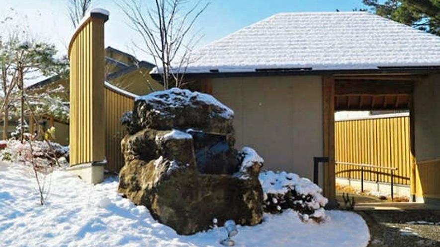 【外観】雪の積もった入り口