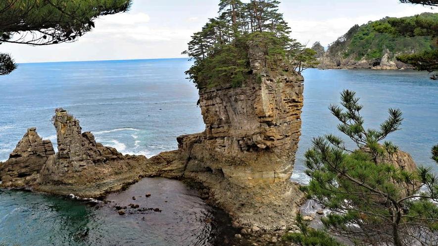 【三王園地】遊歩道の階段を降り、より近くで三王岩を見られます