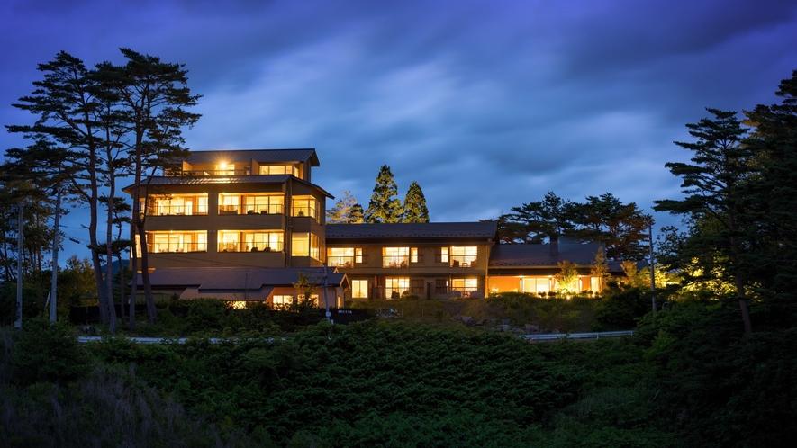 【外観(夜)】小高い丘の上に佇み、太平洋を一望できる絶景の宿