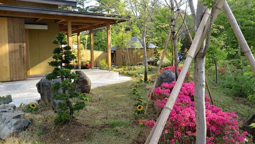 【外観】入り口には季節のお花が咲いています