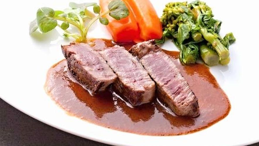 【ある日のお料理一例】希少価値の高いいわいずみ短角牛ステーキは、脂肪分が少なくやわらか