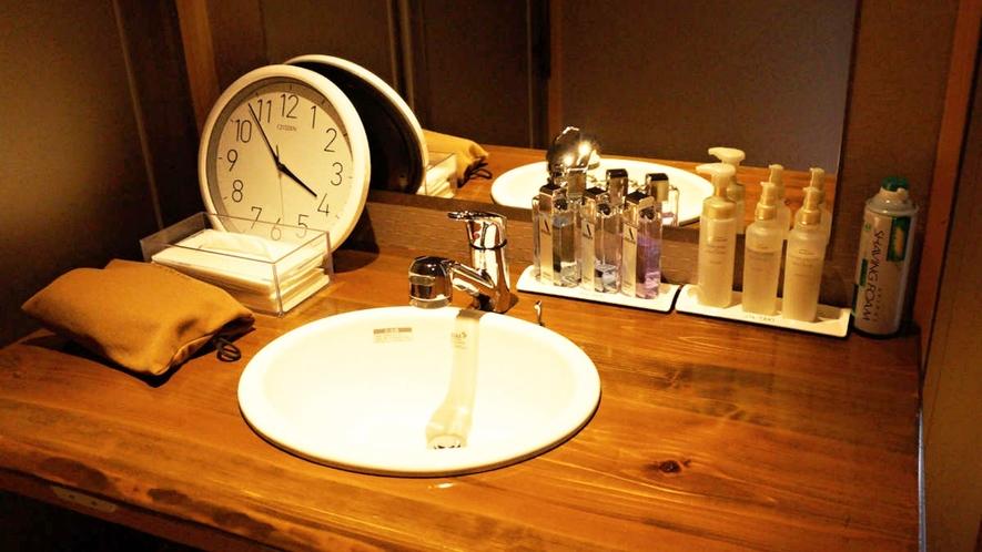 【貸切風呂】天望風呂・内湯/小物を置く十分なスペースもございます。
