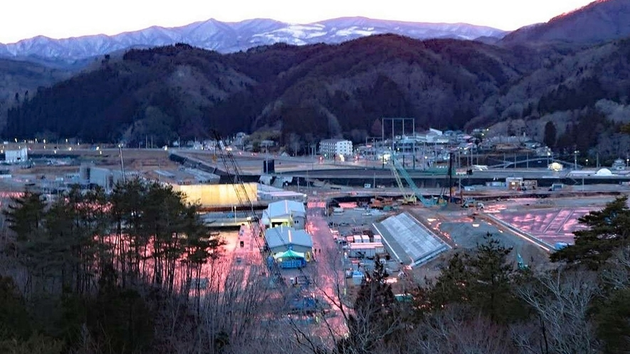 早朝の漁港を赤く染める