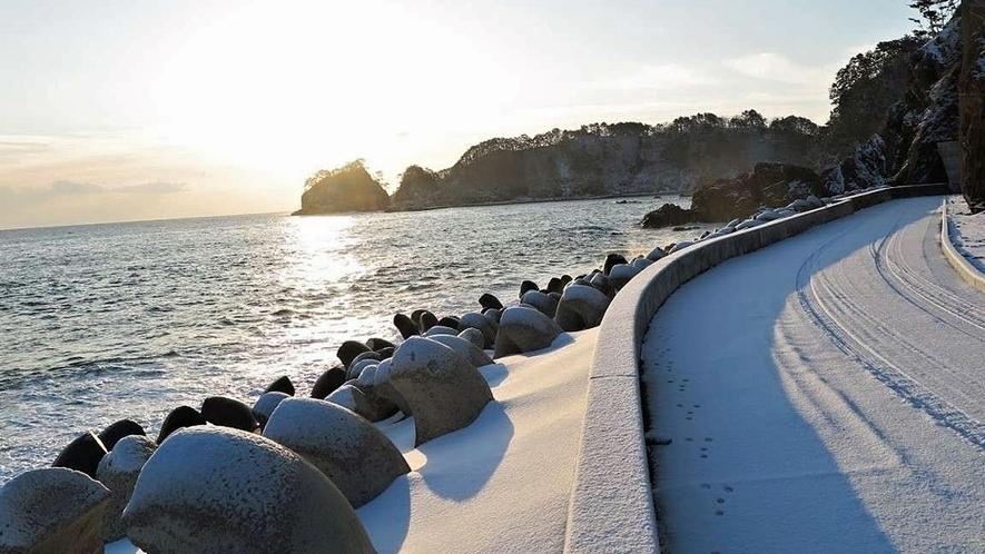 【真崎海岸】冬は雪で白くなった景色も趣があります。