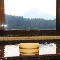 *【風呂】間近に迫る霊峰富士を眺めながらのお風呂は格別です。