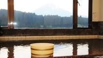 *【展望風呂】間近に迫る霊峰富士を眺めながらのお風呂は格別です
