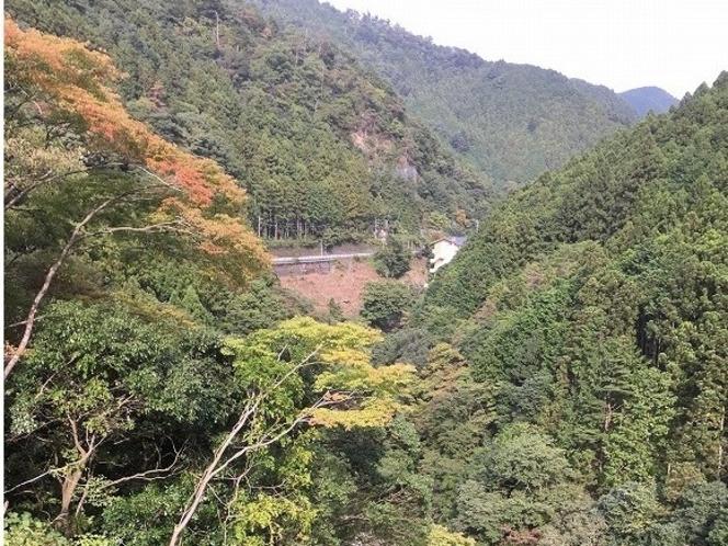 今年、10月22日の白丸ダムから見るはとのす荘