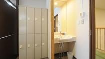 【洋室8人部屋】洗面台・ロッカー