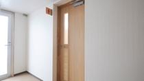 【館内設備】1階:共同トイレ 入口