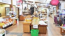 【どんぐり荘(売店)】地元の特産品、工芸品などの直売をしています