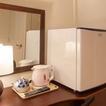 各寝室にはTVと冷蔵庫を設置(中は空)