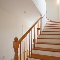 2階への吹き抜けと階段