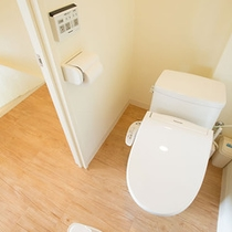 2階のゆったりしたトイレルーム(温水洗浄便座付き)あり。3階にもう1カ所あり。