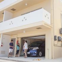 1階は電動式オートガレージ。