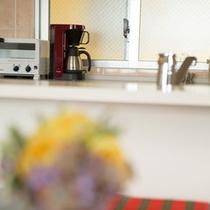 リビングルームから対面式システムキッチンを望む