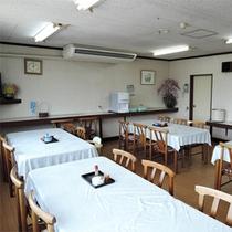 *食堂/家庭的で気軽にくつろげる雰囲気。お食事はこちらでご用意いたします。